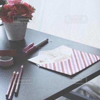 テーブルの上に花の花瓶の写真・画像素材[3172237]