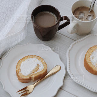ドーナツとコーヒー1杯の皿の写真・画像素材[3195349]