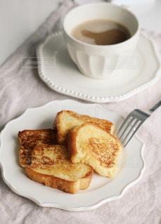 食べ物の皿とコーヒーのカップのクローズアップの写真・画像素材[3195350]