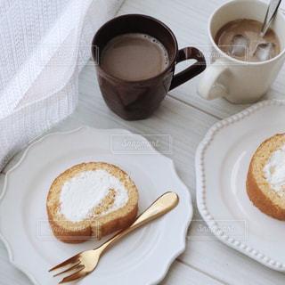 食べ物の皿とコーヒー1杯の写真・画像素材[3255917]