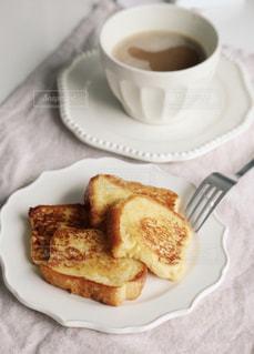 食べ物の皿とコーヒーのカップのクローズアップの写真・画像素材[3255916]