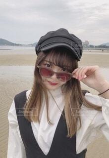 カメラのポーズをとる帽子とサングラスをかけている人の写真・画像素材[3653960]