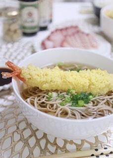 ご飯と一緒に食べ物の皿の写真・画像素材[4028016]