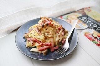 食べ物の皿をテーブルの上に置くの写真・画像素材[4724661]