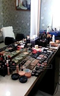 屋内,鏡,テーブル,いっぱい,メイク,美容,コスメ,化粧品,化粧,メイクアップ,メイクルーム,ずらり