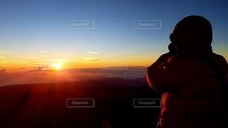 男性,1人,空,屋外,太陽,朝日,後ろ姿,山,光,背中,雲海,日の出