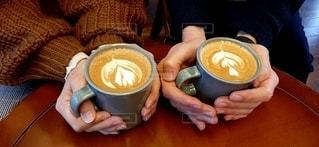 テーブルの上のコーヒー2杯の写真・画像素材[2890029]