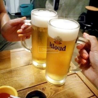 2人,飲み物,人物,イベント,グラス,ビール,乾杯,ドリンク,パーティー,ジョッキ,アルコール,生ビール,手元,飲料