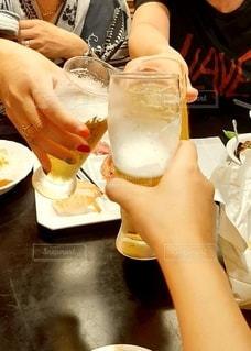 友だち,3人,飲み物,人物,イベント,グラス,ビール,乾杯,ドリンク,女子会,パーティー,手元,飲みかけ