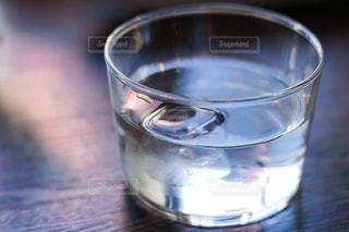 飲み物,カフェ,インテリア,夏,水,水面,氷,ガラス,テーブル,コップ,液体,食器,ドリンク,ライフスタイル,飲料,お冷