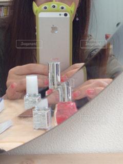 女性,ピンク,鏡,セルフネイル,美容,コスメ,美容室,化粧品,マニキュア,鏡越し,2色