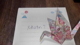 手紙に添えた折り鶴の写真・画像素材[3157766]