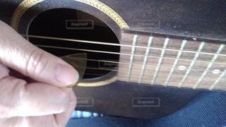 ギターを持つ手の写真・画像素材[3205066]