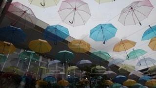 空中を飛ぶカラフルな傘の写真・画像素材[3669085]