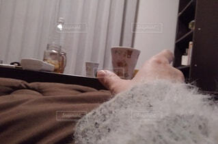 ベッドに横たわっている人の写真・画像素材[4089175]