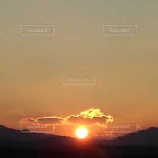 夕暮れ時の空の雲の写真・画像素材[4101568]