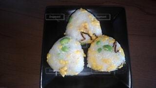 卵と枝豆おにぎりの写真・画像素材[4957627]