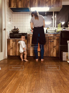 台所に立っている人の写真・画像素材[2701333]