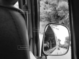 車のドア窓の側面鏡の写真・画像素材[2706567]