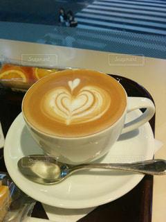 テーブルの上のコーヒー1杯の写真・画像素材[2891751]