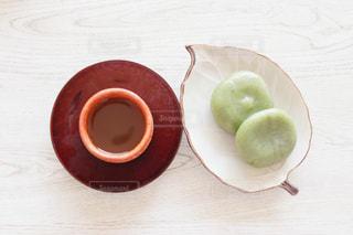 木のテーブルの上に座っているリンゴの写真・画像素材[3144675]
