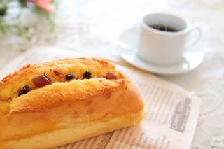 サンドイッチとコーヒーを一杯の間に近づけての写真・画像素材[3199128]