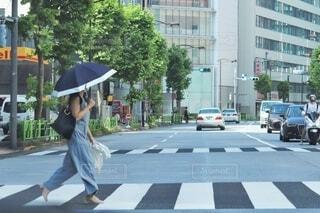 街路を歩いている人の写真・画像素材[3707517]