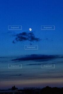 夜空を飛んでいる飛行機の写真・画像素材[3726471]