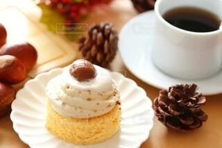 モンブランケーキとコーヒーの写真・画像素材[3806257]
