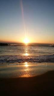 自然,風景,海,空,屋外,太陽,朝日,赤,砂浜,水面,光,朝,日の出