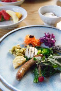 テーブルの上に食べ物のプレートの写真・画像素材[1148840]