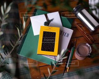 テーブルの上にチラシの積み重ねの写真・画像素材[2903436]