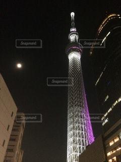 東京スカイツリーと月夜の写真・画像素材[2624684]