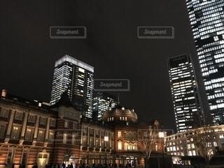 夜に街にそびえ立つ大きな時計塔の写真・画像素材[2731942]
