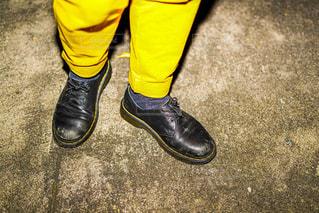 黒と黄色の靴を履いた足のペアの写真・画像素材[2688264]