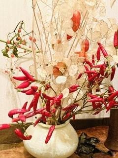 赤い花の上に座っている花の花瓶の写真・画像素材[2731399]