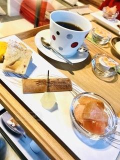 食べ物の皿とテーブルの上のコーヒー1杯の写真・画像素材[2734882]