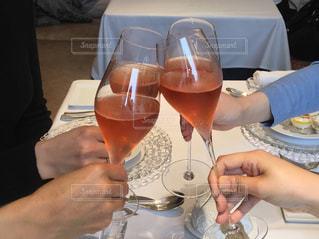 女性,飲み物,ランチ,ディナー,人物,イベント,ワイン,グラス,お祝い,乾杯,ドリンク,パーティー,手元,4人