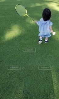ラケットとボールを持っている少年の写真・画像素材[4212700]
