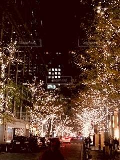 夜にライトアップされた都市の写真・画像素材[2724168]