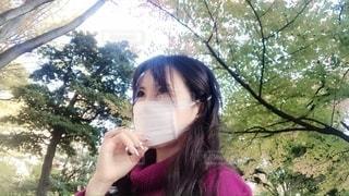 樹木の中のマスク女性の写真・画像素材[2718024]