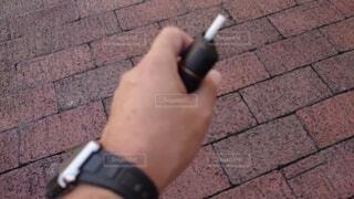 男性,屋外,手,タバコ,時計,喫煙,手持ち,人物,人,煙,地面,煙草,ポートレート,爪,ライフスタイル,左手,手元,喫煙所,電子タバコ