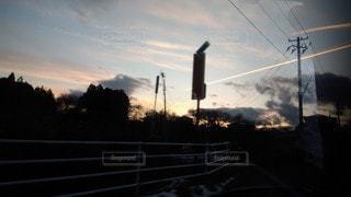 夕日の前の信号の写真・画像素材[3395511]