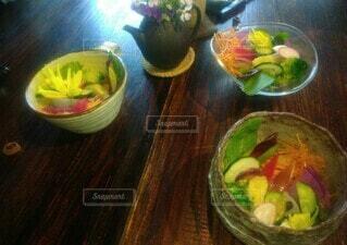 木製のテーブルの上に食べ物のボウルの写真・画像素材[3924315]