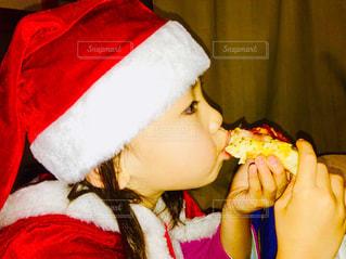 サンタの格好でピザっ♪の写真・画像素材[2836601]