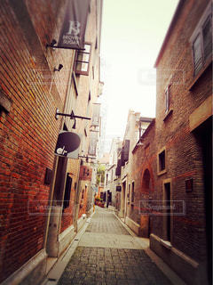 通りの脇に座っている高いレンガ造りの建物の写真・画像素材[2724988]