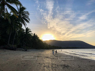 自然,風景,海,空,屋外,太陽,砂,ビーチ,砂浜,夕暮れ,水面,海岸,山,光,樹木,太陽光,ヤシの木,クラウド