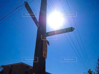 空,屋外,太陽,青,標識,光,太陽光,明るい,通り,日中