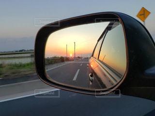 ミラー越しに燃える夕陽の写真・画像素材[2661672]