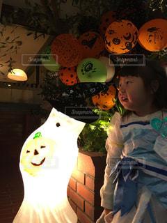 パンプキンの飾りに囲まれた少女の写真です。の写真・画像素材[2752630]